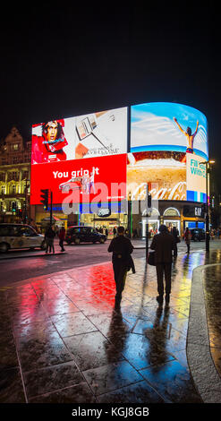 Piccadilly Circus, London, UK. 7th Nov, 2017. Thousands turn up to London's West End to watch the annual Christmas - Stock Photo