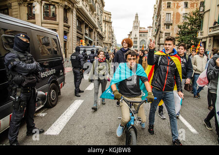 Naples, Italy. 08th Nov, 2017. Barcelona, Catalonia, Spain. 8th Nov, 2017. Demonstrators seen taking part in the - Stock Photo