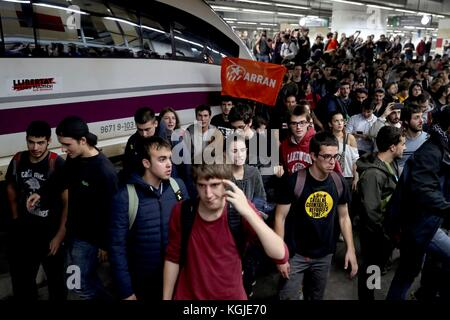 Barcelona, Spain. 08th Nov, 2017. Protestors leav after occupying the Barcelona-Sants station, where they blocked - Stock Photo