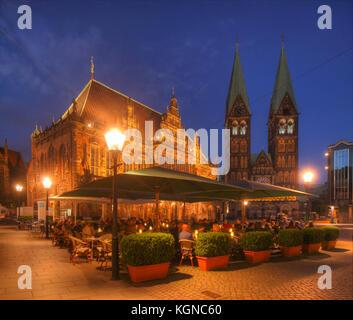 Altes Rathaus und St. Petri-Dom am Marktplatz bei Abenddaemmerung, Bremen, Deutschland    I  Old City  Hall on Market - Stock Photo