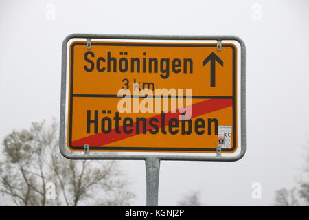 Hötensleben, Germany. 9th Nov, 2017. The sign to the entrance of Hötensleben. There is a border monument in the - Stock Photo