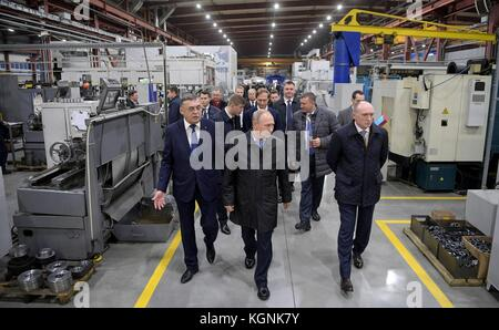 Chelyabinsk, Russia. 09th Nov, 2017. Russian President Vladimir Putin, center, tours the Chelyabinsk Compressor - Stock Photo