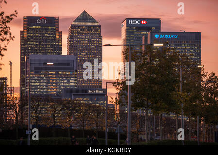 Canary Wharf, London, UK. 10th Nov, 2017. UK Weather. Dramatic and colourful sunset behind the skyscrapers of Canary - Stock Photo
