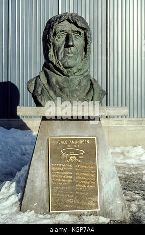 A bronze bust in Nome, Alaska, USA, honors Norwegian explorer Roald Amundsen, who made the first flight over the - Stock Photo