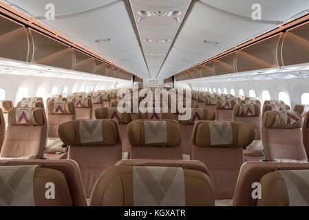 https://l450v.alamy.com/450v/kgxatr/etihad-airways-aircraft-interior-boeing-787-economy-coach-class-seats-kgxatr.jpg