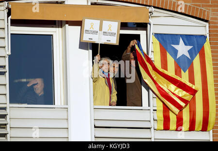 Barcelona, Spain. 11th Nov, 2017. Two residents wave esteladas, the Independent Catalonian flag, and display a banner - Stock Photo