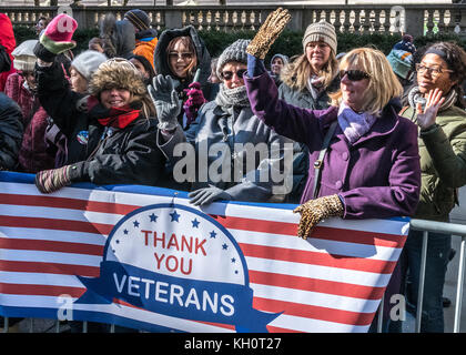 New York, USA, 11 Nov 2017.  Spectators salute participants as they march through New York's Fifth Avenue during - Stock Photo