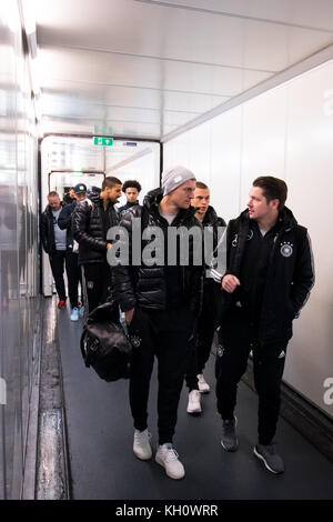 London, UK. 12th Nov, 2017. Germany's Toni Kroos (C, left) and his team mates board the Lufthansa airplane for their - Stock Photo