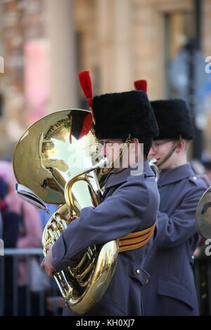 Manchester, UK. 12th Nov, 2017. A band members instrument has a reflection of the cenotaph shining on it at the - Stock Photo