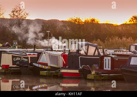 Rufford, Lancashire. UK. Weather. 13/11/2017. Cold Start to the day. Cold weather brings increased risk for houseboat - Stock Photo