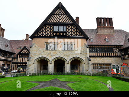 Potsdam, Germany. 10th Nov, 2017. Restoration work on the rooftop and exterior facade of the Cecilienhof Castle - Stock Photo