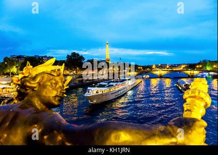 Paris (75), 8ème Arr. Statue des Nymphes de la seine avec les armes de Paris, sur le pont Alexandre III de nuit - Stock Photo