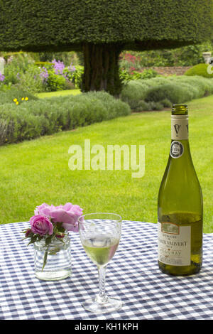Table laid with wine and roses, Guanock House, the Yew Garden, Lincolnshire/Cambridgeshire border - Stock Photo