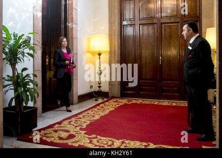 Barcelona, Spain. 13th Nov, 2017. Catalonian regional Parliament's Speaker, Carme Forcadell (L), in her way to take - Stock Photo