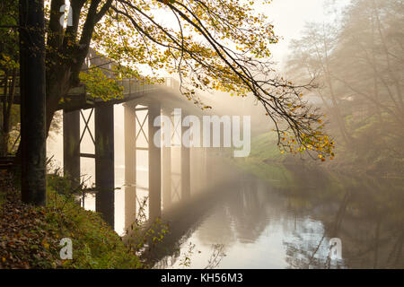 Steel footbridge over the River Wye at Redbrook. - Stock Photo