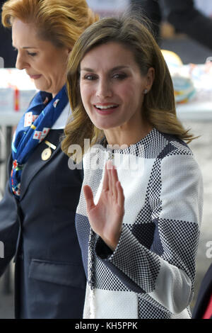 Mexico City, Mexico. 13th Nov, 2017. Spain's Queen Letizia, right, talks with a volunteer during a visit to the - Stock Photo