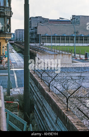 View looking across the Berlin Wall from West Germany in to East Germany in August 1965. The wall is covered in - Stock Photo