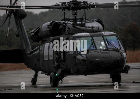 U.S. Army Soldiers from the New Jersey National Guard's 1-150 Assault Helicopter Battalion prepare their UH-60L - Stock Photo