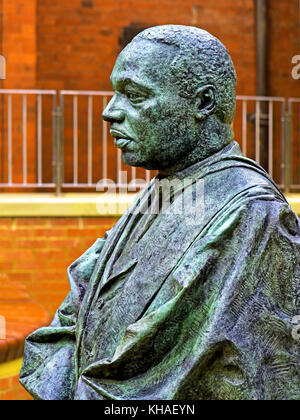 Martin Luther King bronze statue by Nigel Boonham at Kings Chapel Newcastle - Stock Photo