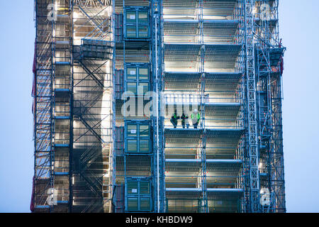 London, UK. 15th Nov, 2017. Construction workers watch the arrival in Parliament Square of students taking part - Stock Photo