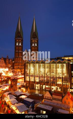 Haus der Bürgerschaft und  Dom St. Petri und Weihnachtsmarkt am Marktplatz bei Abenddämmerung, Bremen, Deutschland - Stock Photo