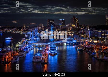 Die Überseebrücke im Hamburger Hafen beim Blue Port 2017 bei Nacht von der Plaza der Elbphilharmonie mit Schiffen - Stock Photo