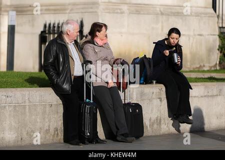 Trafalgar Square. London, UK. 16th Nov, 2017. UK Weather. People enjoys autumn sunshine in Trafalgar Square on a - Stock Photo