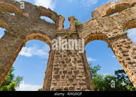Remains of a Roman aquaduct in the roman site of Aspendos, Antalya, Turkey. - Stock Photo