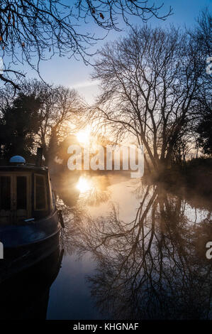 Bathampton, Somerset, UK weather. 17th November 2017. The sun rises over narrowboats on the Kennet and Avon Canal - Stock Photo
