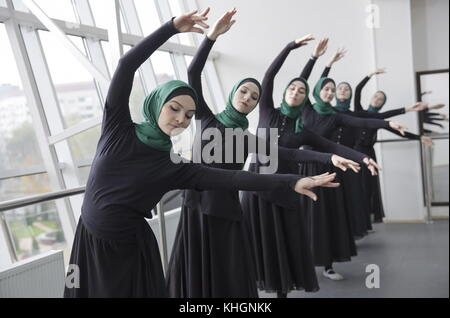 Grozny, Russia. 16th Nov, 2017. Dancers of the Chechen ensemble Vainakh rehearse a new programme titled 'From Grozny - Stock Photo