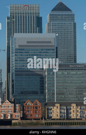 Canary Wharf, London, UK. 17 November, 2017. Crisp and clear winter morning in London's docklands with Canary Wharf - Stock Photo