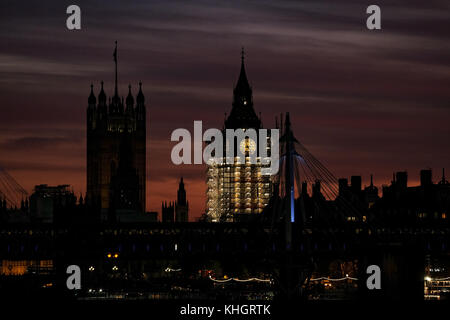 Friday 17th November 2017. London England. London is greeted with a wonderful sunset to mark the end of Friday as - Stock Photo