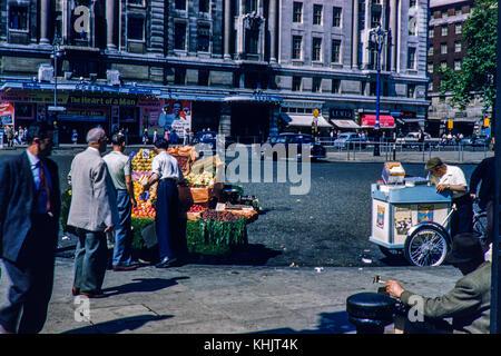 Fruit seller outside Marble Arch's Odeon Cinema. Image taken in 1959 - Stock Photo