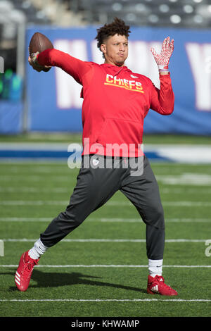 East Rutherford, New Jersey, USA. 19th Nov, 2017. Kansas City Chiefs quarterback Patrick Mahomes (15) in action - Stock Photo