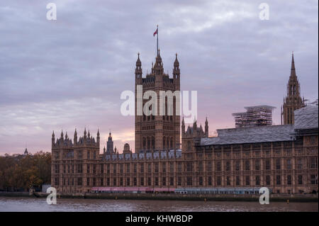 London, UK. 19th Nov, 2017. UK Weather: the sun sets over Westminster on an autumn evening. Credit: Stephen Chung/Alamy - Stock Photo