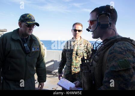 U.S. Navy Capt. Todd Vandegrift, left, captain of the amphibious transport dock USS New York (LPD 21), and U.S. - Stock Photo