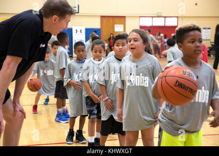 171111-N-RP435-054 SAN DIEGO (Nov. 11, 2017) Professional basketball player Troy Murphy interacts with a participant - Stock Photo