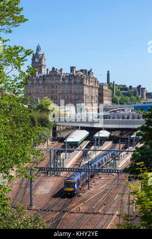 Edinburgh scotland edinburgh balmoral hotel behind edinburgh waverley railway station edinburgh city centre edinburgh - Stock Photo