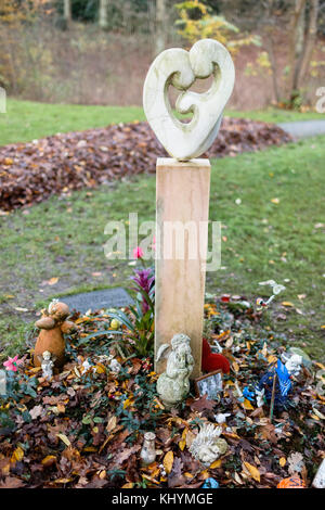 Hamburg, Germany. 17th Nov, 2017. Flowers and small angel figures can be seen next to the memorial for stillborn - Stock Photo