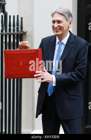 London, UK. 22nd Nov, 2017. Philip Hammond displays the budget briefcase ahead of delivering his Autumn Budget on - Stock Photo