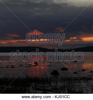 Dundee, UK. 23rd Nov, 2017. Dawn over Tay Estuary, After three days of rain the sun returns in Tayside. Credit: - Stock Photo