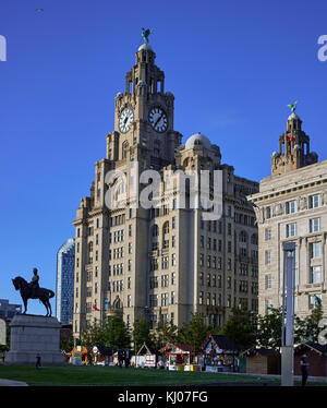 England, Merseyside, Liverpool city; Equestrian Portrait of Edward VII in Front of Royal Liver Building - Stock Photo
