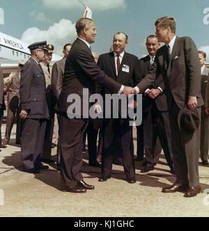President John F. Kennedy and Vice President Lyndon B. Johnson visit Dr. Wernher von Braun. Wernher von Braun, Aerospace - Stock Photo