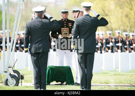 U.S. Sailors and U.S. Marines from Marine Barracks Washington (8th and I) participate in the graveside service for - Stock Photo