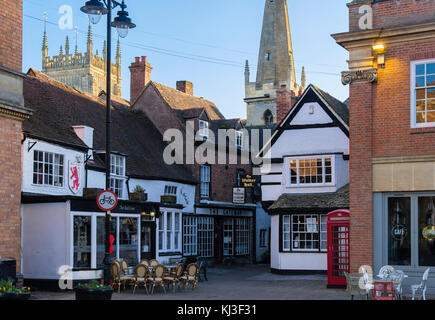 Old buildings and Red Lion pub in quaint Cotswolds town. Market Square, Evesham, Wychavon, Worcestershire, England, - Stock Photo