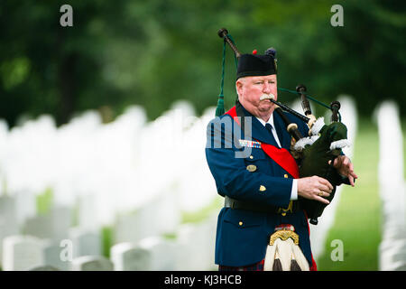 Graveside service for U.S. Army Sgt. 1st Class Alan Lee Boyer in Arlington National Cemetery (27843987965) - Stock Photo