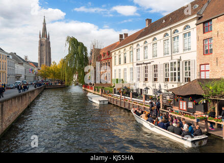 Boat tours on the Djiver Canal looking towards the Church of Our Lady (Onze-Lieve-Vrouwekerk), Bruges (Brugge), - Stock Photo