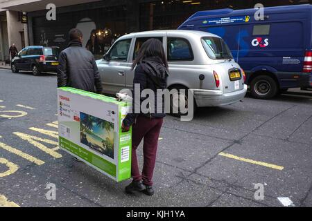London, UK. 24th Nov, 2017. Black Friday shoppers on Oxford Street. : Credit: claire doherty/Alamy Live News Stock Photo
