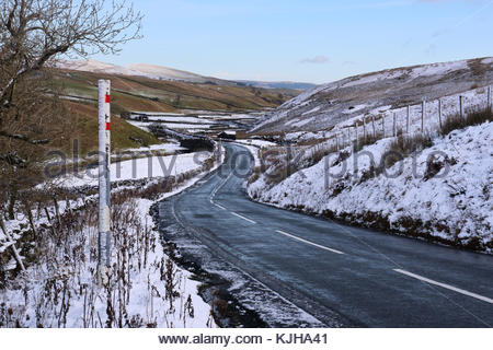 B6276 Middleton-in-Teesdale to Brough Road, Co Durham, UK. 25th Nov, 2017. An overnight snowfall on the B6276 gives - Stock Photo