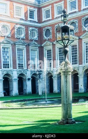 Courtyard ar Hapton Court Palace, Richmond, near Londin. - Stock Photo